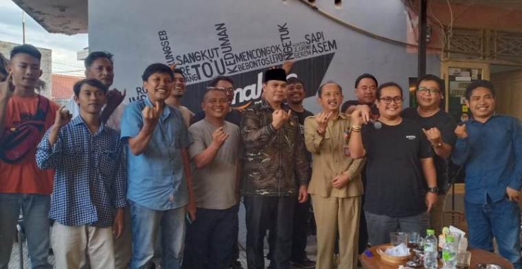 Ketua DPRD Kota Serang Budi Rustandi bersama para pelaku industri kreatif di Kota Serang. (Foto: TitikNOL)