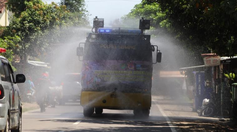 Penyemprotan disinfektan dengan kendaraan Armour Water Cannon (AWC). (Foto: TitikNOL)