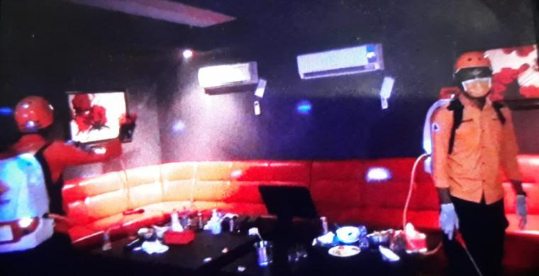 Penyemprotan disinfektan di tempat hiburan malam. (Foto: TitikNOL)