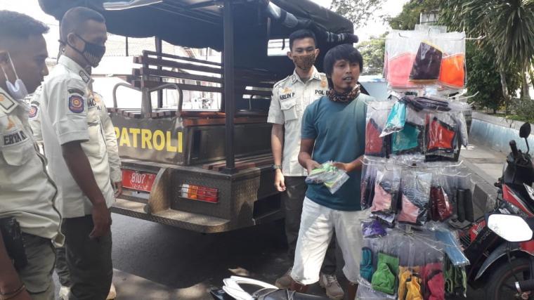 Penertiban PKL di kawasan Balong Ranca Lentah Rangkasbitung. (Foto: TitikNOL)