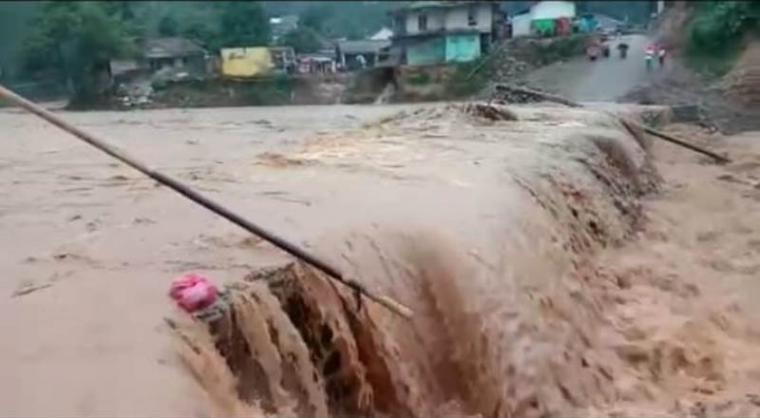 Banjir bandang yang menerjang wilayah Kecamatan Lebakgedong, Kabupaten Lebak. (Foto: TitikNOL)