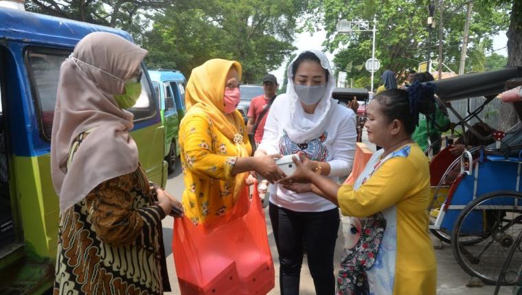istri Wakil Wali Kota Serang Ana Subadri Ushuludin saat membagikan makan siang. (Foto: TitikNOL)