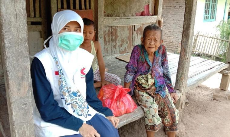 Relawan BSMI Kabupaten Lebak saat memberikan paket sembako kepada warga terdampak covid-19. (Foto: TitikNOL)