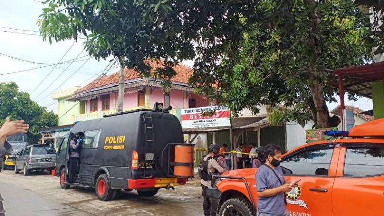 Penggerebekan ke rumah terduga pelaku teroris di Kampung/Desa Jalumprit RT 04 RW 01, Kecamatan Waringin Kurung, Kabupaten Serang. (Foto: TititkNOL)
