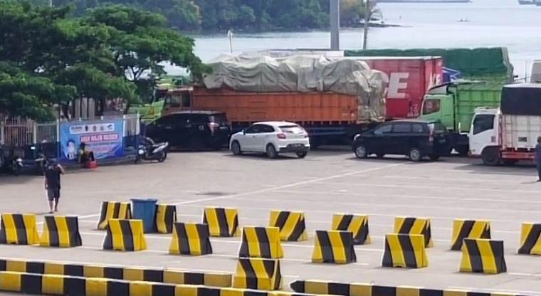 Kendaraan pribadi terlihat masih bisa menyeberang di Pelabuhan Merak. (Foto: TitikNOL)