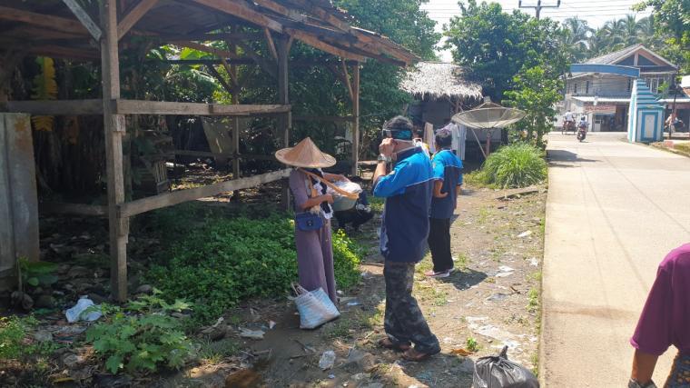 Penyemprotan disinfektan dan pembagian handsanitizer dan masker di Kabupaten Pandeglang. (Foto: TitikNOL)
