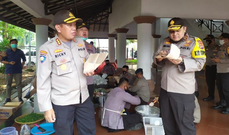 Kapolda Banten Irjen Pol Agung Sabar saat meninjau lokasi dapur umum di Alun-alun Barat, Kota Serang. (Foto: TitikNOL)
