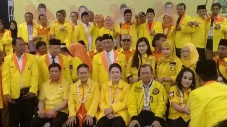 Seluruh jajaran pengurus DPW Partai Barkarya Banten saat berfoto dengan Ketua Umum Tommy Soeharto. (Foto: Ist)