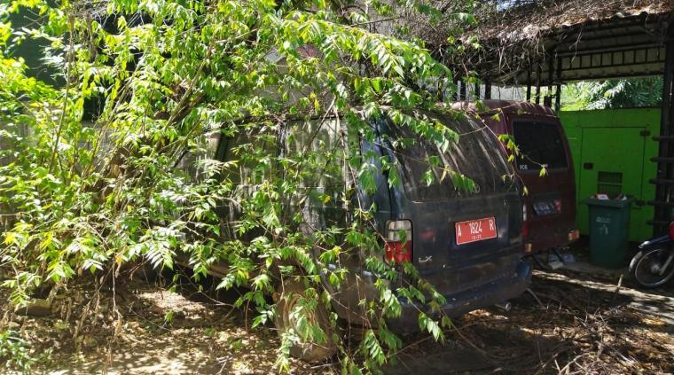 Mobil dinas Pemkot Cilegon yang terbengkalai dan tidak terawat. (Foto: TitikNOL)