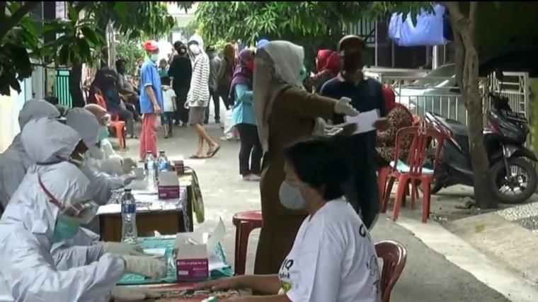 Ratusan warga komplek perumahan Griya Lopang, Kelurahan Unyur, Kecamatan Serang, mengikuti rapid test yang dilakukan Pemerintah Kota Serang. (Foto: TitikNOL)
