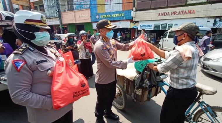 Kegiatan sosial pembagian paket sembako kepada masyarakat . (Foto: TitikNOL)