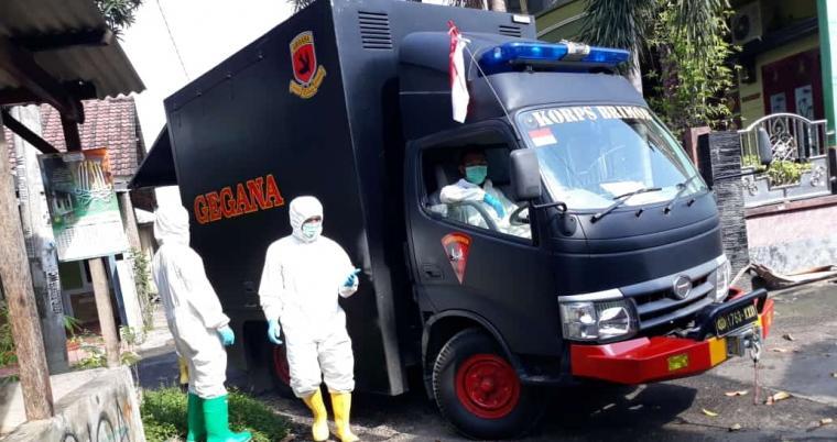 Petugas Brimob Polda Banten melakukan penyemprotan disinfektan. (Foto: TitikNOL)