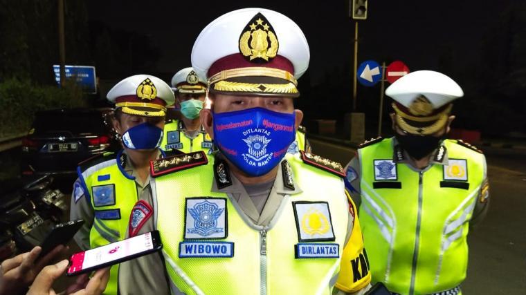 Dirlantas Polda Banten, Kombes Pol Wibowo, saat memberikan keterangan kepada wartawan di depan Gerbang Tol Merak. (Foto: TitikNOL)