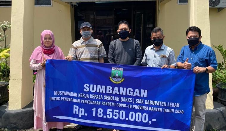 Penyerahan donasi dari SMK Negeri dan Swasta kepada Gugus Tugas Covid 19 melalui KCD Dindikbud Lebak. (Foto: TitikNOL)