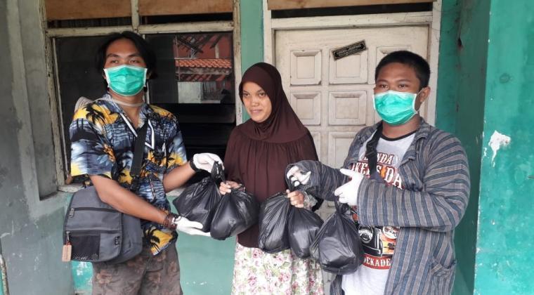 Relawan dari RMBC saat memberikan bantuan sembako kepada keluarga Yuyun. (Foto: TitikNOL)