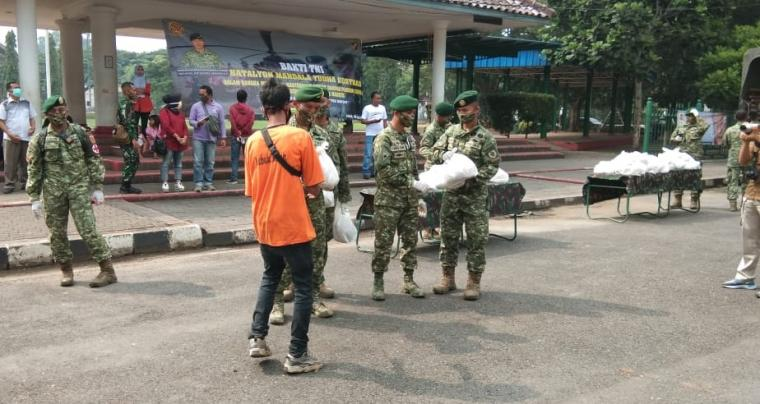 Batalyon Mandala Mandala Yudha Kostrad, membagikan ratusan paket sembako dan 1.000 masker kepada warga di Kabupaten Lebak. (Foto: TitikNOL)
