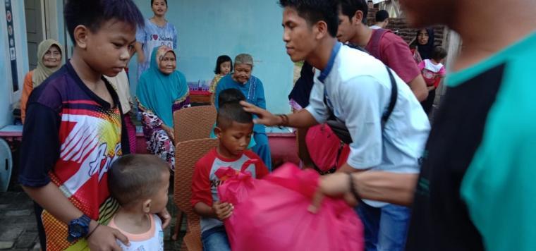 Anak yatim piatu di Malingping saat menerima bantuan dari Mayorq Group. (Foto: TitikNOL)