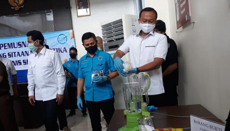 Pemusnahan barang bukti narkotika jenis sabu dengan bruto 330,2 gram. (Foto: TitikNOL)