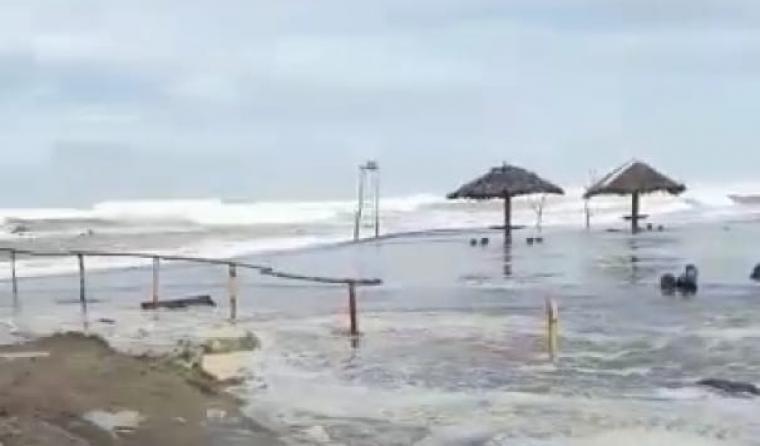 Gubuk bekas warung di bibir pantai yang diterjang gelombang tinggi. (Foto: TitikNOL)