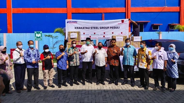 Jajaran Krakatau Steel menyerahkan bantuan untuk penanganan Covid -19 di Kota Cilegon. (Foto: TitikNOL)