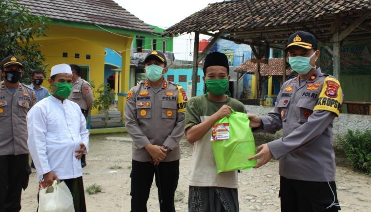 penyerahan sembako dari Kapolres Serang kepada pimpinan Ponpes Hikmatul Iman. (Foto: TitikNOL)