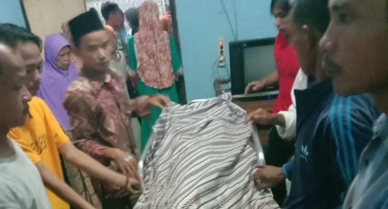 Korban terseret ombak di pantai Karangseke, Desa Muara, Kecamatan Wanasalam, Kabupaten Lebak saat berada di rumah duka. (Foto: TitikNOL)