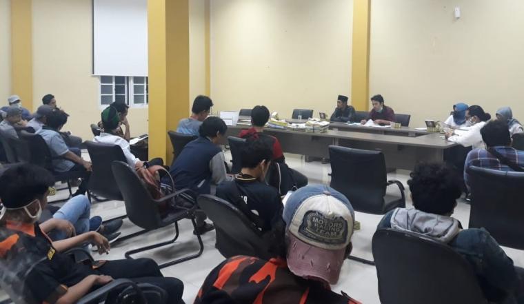 Suasana dialog antara organisasi Kemahasiswaan dan Kepemudaan dengan Komisi II DPRD Kota Serang tentang polemik penyaluran bantuan pangan JPS di Kota Serang. (Foto: TitikNOL)