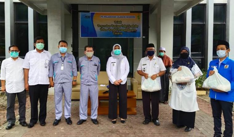 Wakil Wali kota Cilegon Ratu Ati Marliati, foto bersama usai menyerahkan bantuan sembako secara simbolis di kantor PT PCM. (Foto: TitikNOL)
