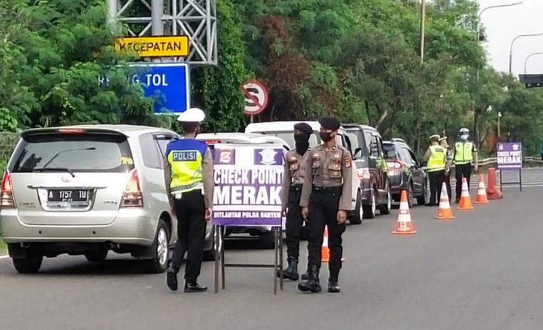 Penyekatan kendaraan di Pos Check Point Gerbang Tol Merak. (Foto: TitikNOL)