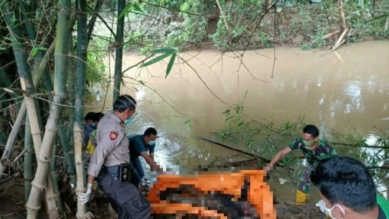 Mayat berjenis kelamin laki-laki yang ditemukan mengambang di sungai Cibeureum, Senin (4/5/2020). (Foto: TitikNOL)