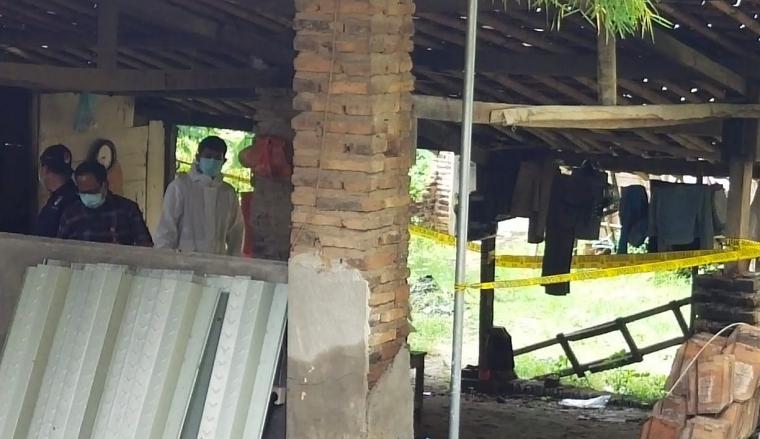 Polisi saat mendatangi lokasi pembunuhan di Cibeber. (Foto: TitikNOL)