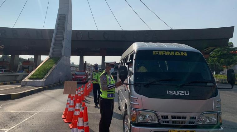 Posko Larangan Mudik di KM 30 arah Merak Gerbang Tol Cikupa Ruas Tol Tangerang-Merak. (Foto: TitikNOL)