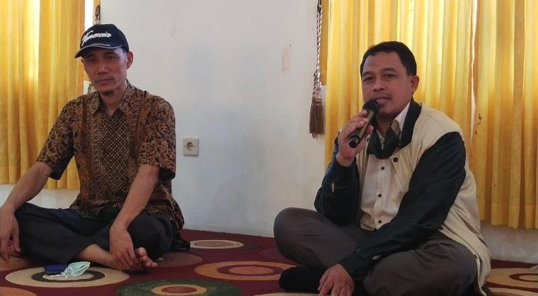 Bakal Calon Wakil Wali kota Cilegon, Sanuji Pentamarta didampingi Ketua DPD PKS Kota Cilegon, Abdul Ghoffar saat memberikan keterangan kepada awak media. (Foto: TitikNOL)