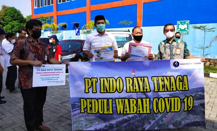 Direktur Utama PT Indo Raya Tenaga, Sapto Adji Nugroho menyerahkan alat kesehatan untuk penanganan Covid-19 kepada Walikota Cilegon, Edi Ariadi di Sekretariat Gugus Tugas Covid - 19 Kota Cilegon. (Foto: TitikNOL)