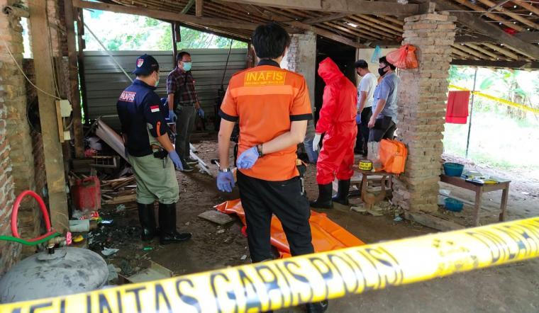 Polisi saat melakukan identifikasi korban pembunuhan di Cikerut, Kelurahan Karang Asem, Kecamatan Cibeber. (Foto: TitikNOL)