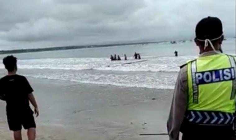 Evakuasi korban terseret ombak di pantai Karang Seke, Muara, Kecamatan Wanasalam, Kabupaten Lebak. (Foto: TitikNOL)
