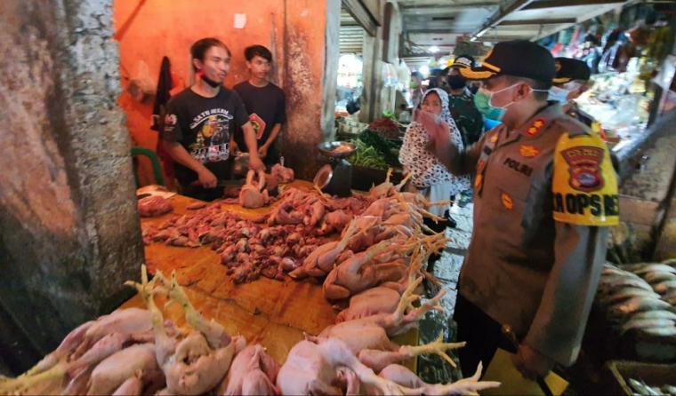 Kapolres Serang AKBP Mariyono, saat kunjungi Pasar Ciruas. (Foto: TitikNOL)