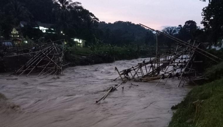 Jembatan darurat desa Talagahiang hanyut diterjang banjir. (Foto: TitikNOL)