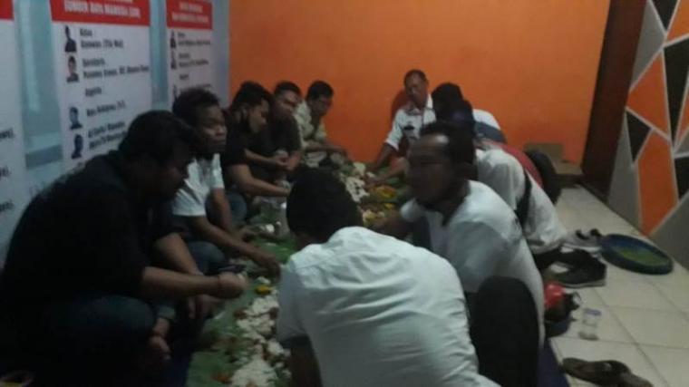 Acara bukber puasa ramadhan dengan Kasat Reskrim Polres Lebak bersama pengurus dan anggota Pokja Wartawan Harian dan Elektronik Kabupaten Lebak di Sekretariat Pokja. (Foto: TitikNOL)