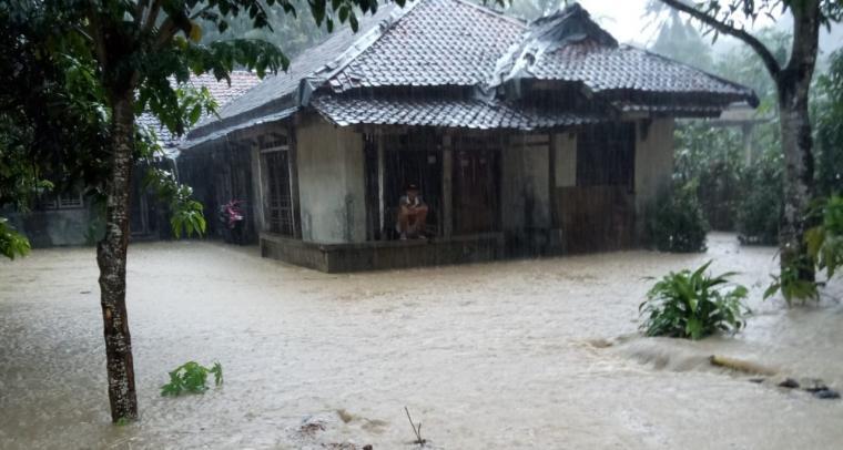 Banjir yang menerjang Kampung Cikeusik, Desa Cikeusik, Kecamatan Wanasalam, Kabupaten Lebak. (Foto: TitikNOL)