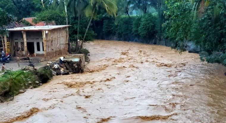 Kondisi sungai Cimangenteung di Kecamatan Cipanas yang sebelumnya meluap kini airnya surut dan normal. (Foto: TitikNOL)