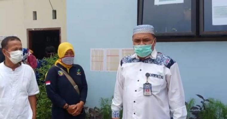 Kadinsos Eka Darmana Putra didampingi TKSK dan Kepala Desa saat monev BST di desa Pasirkecapi kecamatan Maja. (Foto: TitikNOL)
