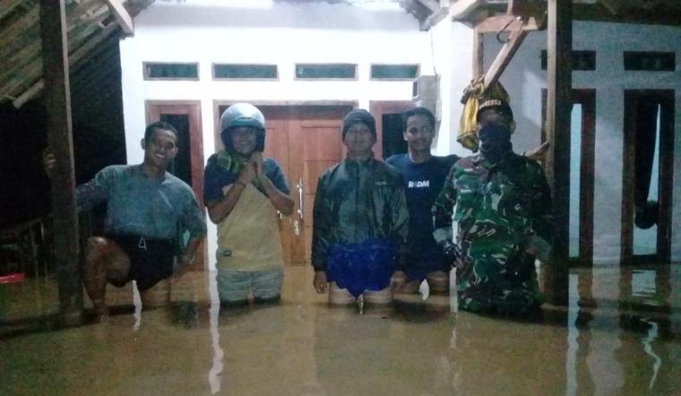 Rumah warga desa Keusik, Kecamatan Banjarsari yang terendam banjir akibat luapan sungai Cimoyan. (Foto: TitikNOL)