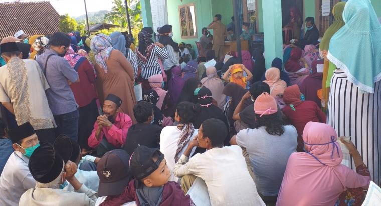 Kerumuman masyarakat penerima bantuan disalah satu kantor kantor desa di Kecamatan Cilograng. (Foto: TitikNOL)