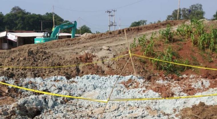 Limbah bahan berbahaya dan beracun (B3) jenis sludge kertas yang dibuang di Kampung Toyomerto, Desa Wanayasa, Kecamatan Kramatwatu, Kabupaten Serang yang sudah di garis polisi. (Foto: TitikNOL)