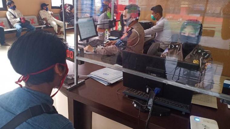 Salah satu pemohon saat mendaftar untuk pembuatan SIM di Kantor Pelayanan Satlantas Polres Serang Kota. (Foto: TitikNOL)