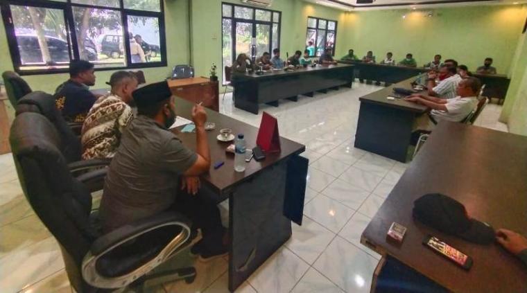 Mediasi antara serikat buruh dengan manajemen PT. Selago Makmur Plantation di kantor Disnaker Kota Cilegon. (Foto: TitikNOL)