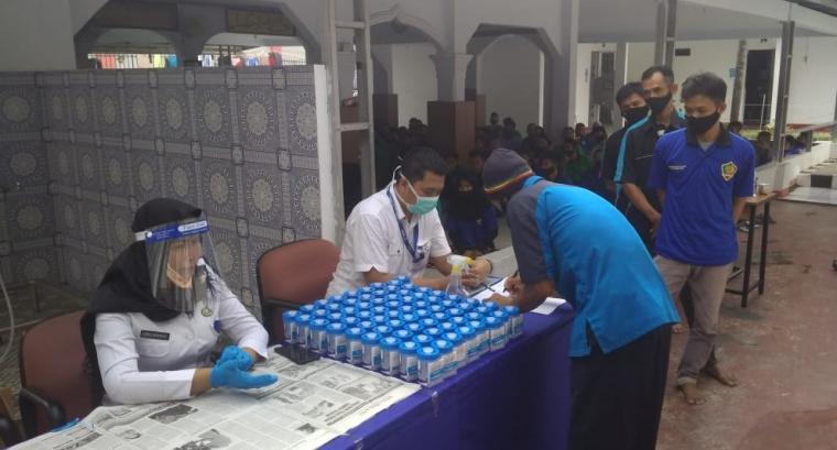 Test Urin kepada petugas dan warga binaan di Rumah tahanan (Rutan) klas IIB Rangkasbitung yang digelar BNN Provinsi Banten, Kamis (11/6/2020).
