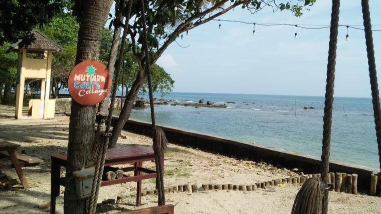 Suasana pantai mutiara carita. (Foto: TitikNOL)