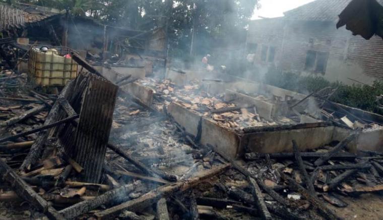 Rumah milik pasangan suami istri Tubi (45) dan Kemi (50), warga Kampung Sarongge RT 07, Desa Cipendeuy, Kecamatan Malingping yang terbakar diduga akibat konsleting listrik. (Foto: TitikNOL)